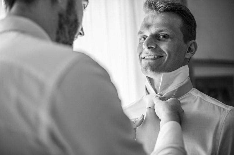 Matrimonio vestizione sposo